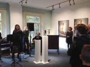 Muzikale opening, met een gitaarspelende Peter van den Borne zingende dochter Bibi